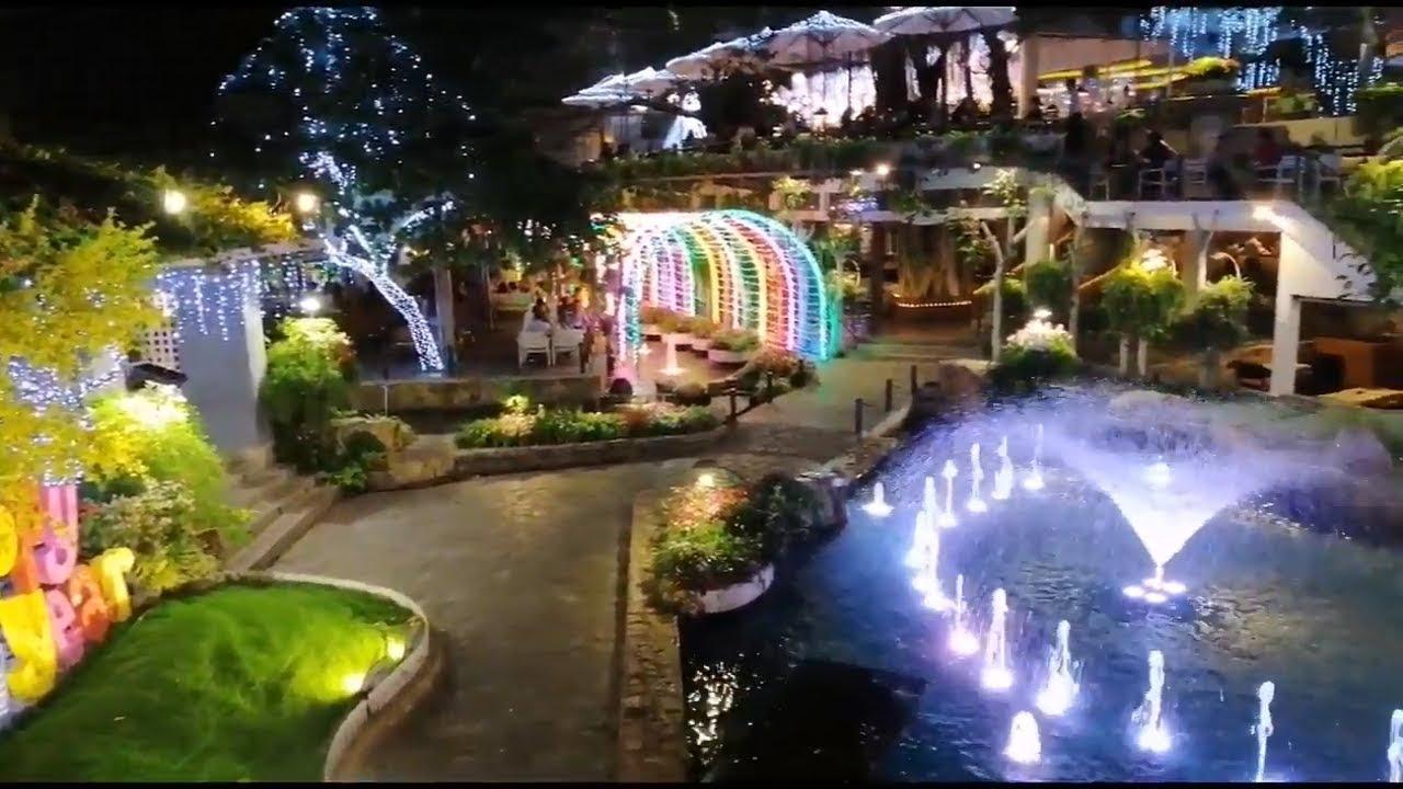 Không gian quán cafe sân vườn đẹp và hiện đại vào buổi tối