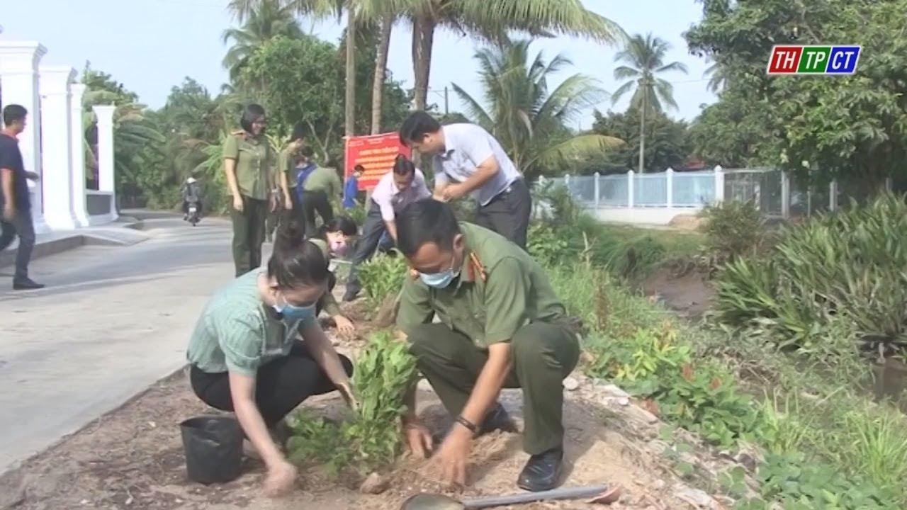 Trồng cây kỷ niệm 130 năm ngày sinh Bác Hồ